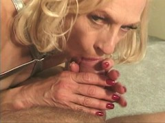 Mature hottie craves for cock to screw ass